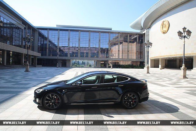 Лукашенко разогнался до 280 км/ч на электромобиле Tesla