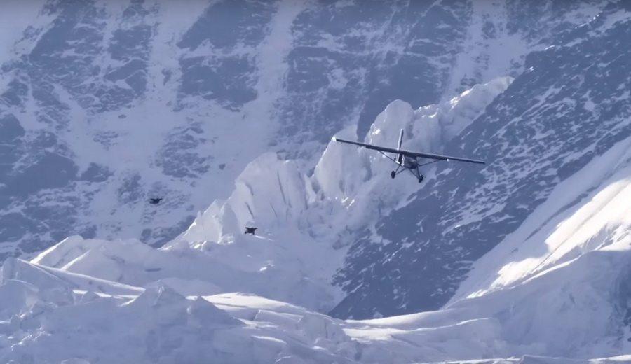Французские экстремалы спрыгнули с вершины горы и залетели в легкомоторный самолет (видео)