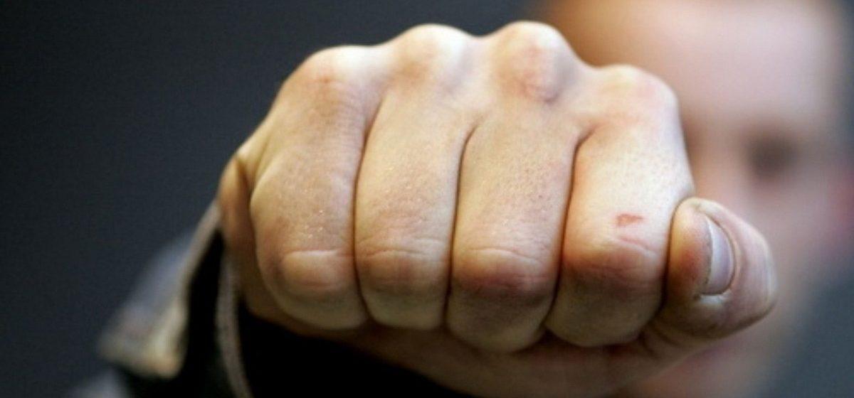 В Гродно парень на улице разделся перед девушкой, а затем избил ее