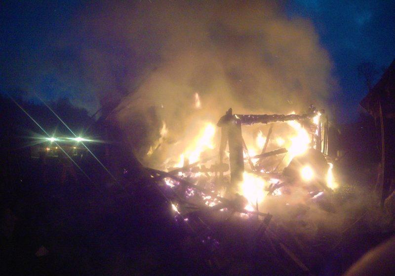 «Думали, что на улице петарды взрываются». В Барановичском районе пенсионеры не заметили, что горит крыша их дома