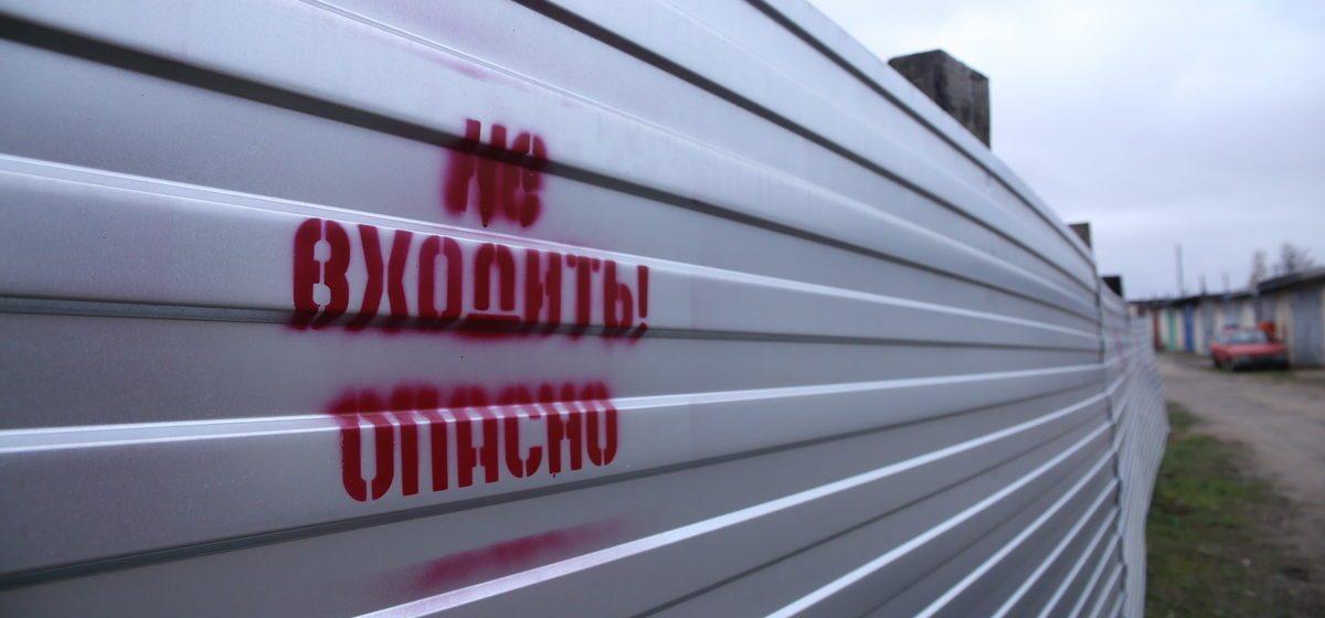 На стройке в Барановичах на подсобного рабочего упали фундаментные блоки
