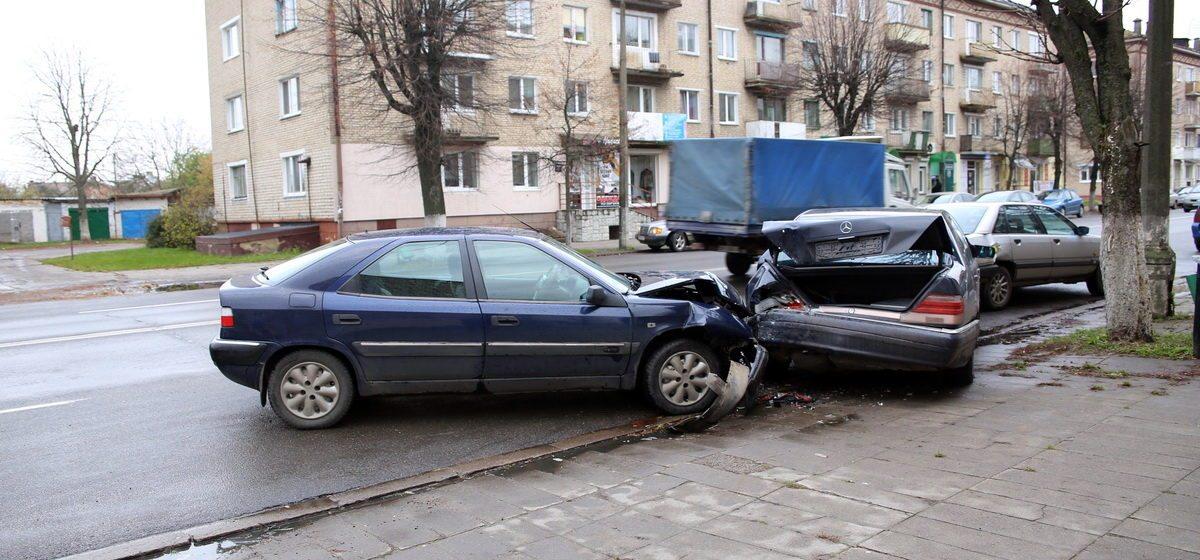 В Барановичах «Ситроен» повредил две стоящие машины – водитель перепутал педали
