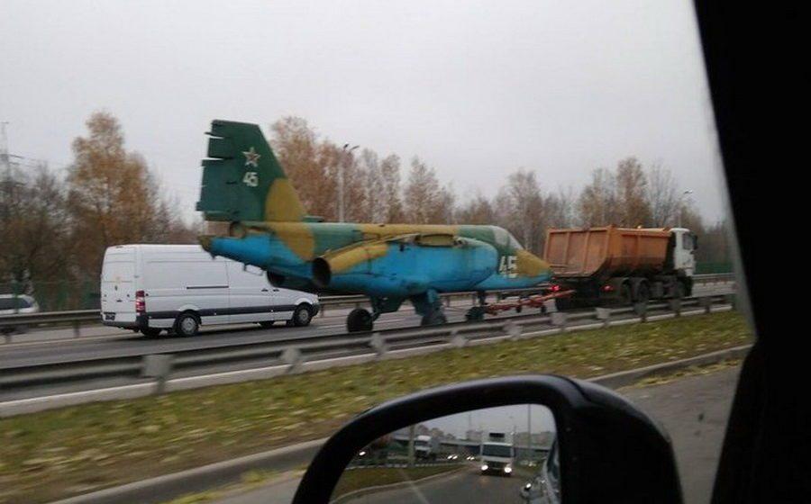 Фотофакт. На минской кольцевой самосвал МАЗ буксировал штурмовик Су-25