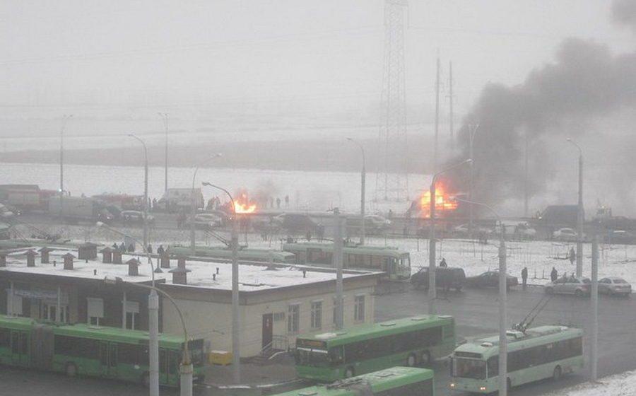 Страшная авария на МКАД: легковушка столкнулась с фурой, есть погибшие (видео)