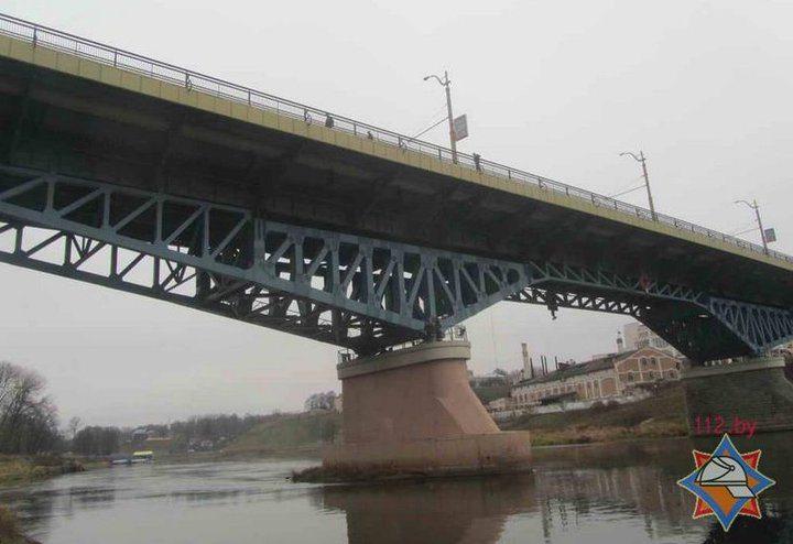 Водитель автобуса в Гродно остановился на мосту и прыгнул в Неман