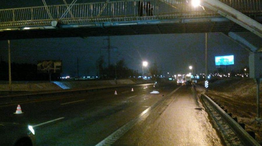 В Минске на МКАД мужчина спрыгнул с пешеходного моста и попал под фуру