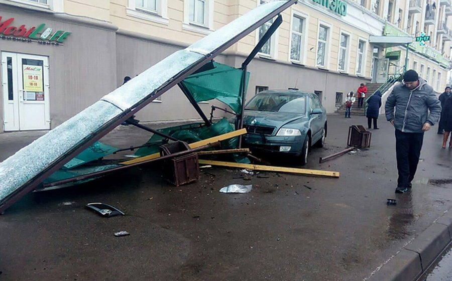 Фотофакт. В Минске легковушка снесла остановку