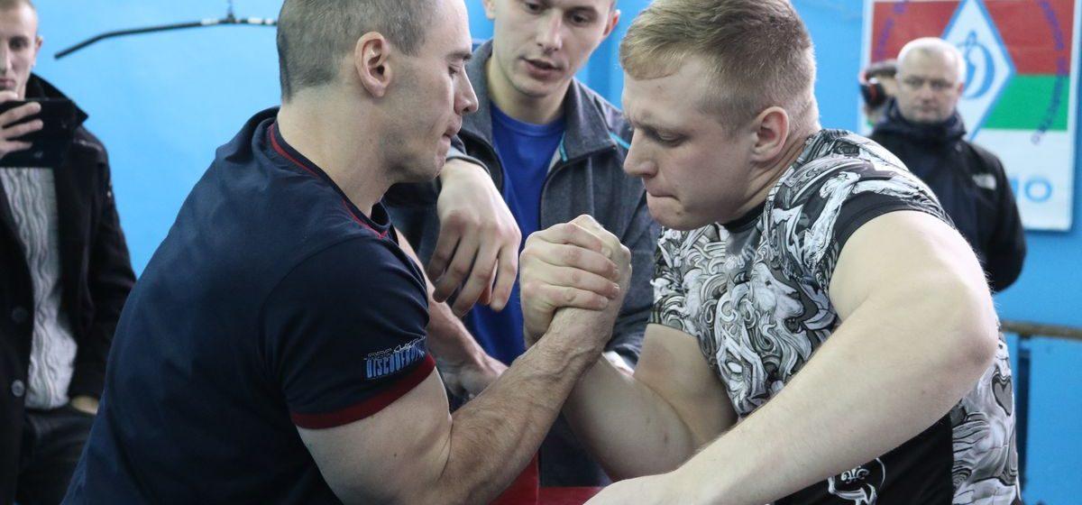Представители силовых структур Барановичей отличились на областном чемпионате по армрестлингу