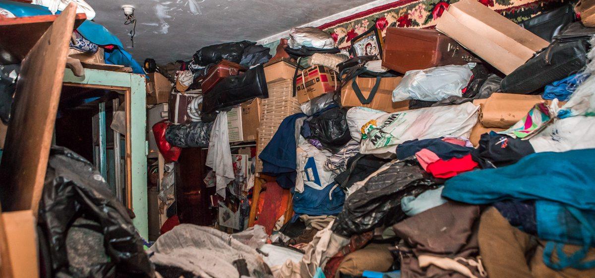 Фотофакт. «Это моя святынька, это нельзя выбрасывать». В Минске женщина устроила пожар в захламленной до потолка квартире, в которую много лет сносила мусор
