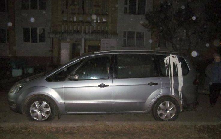 В Слуцке таксистка не нашла места на парковке и облила краской машины соседей