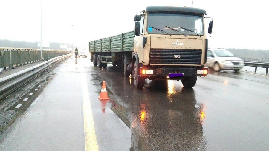 В Минске на МКАД парень бросился под грузовик
