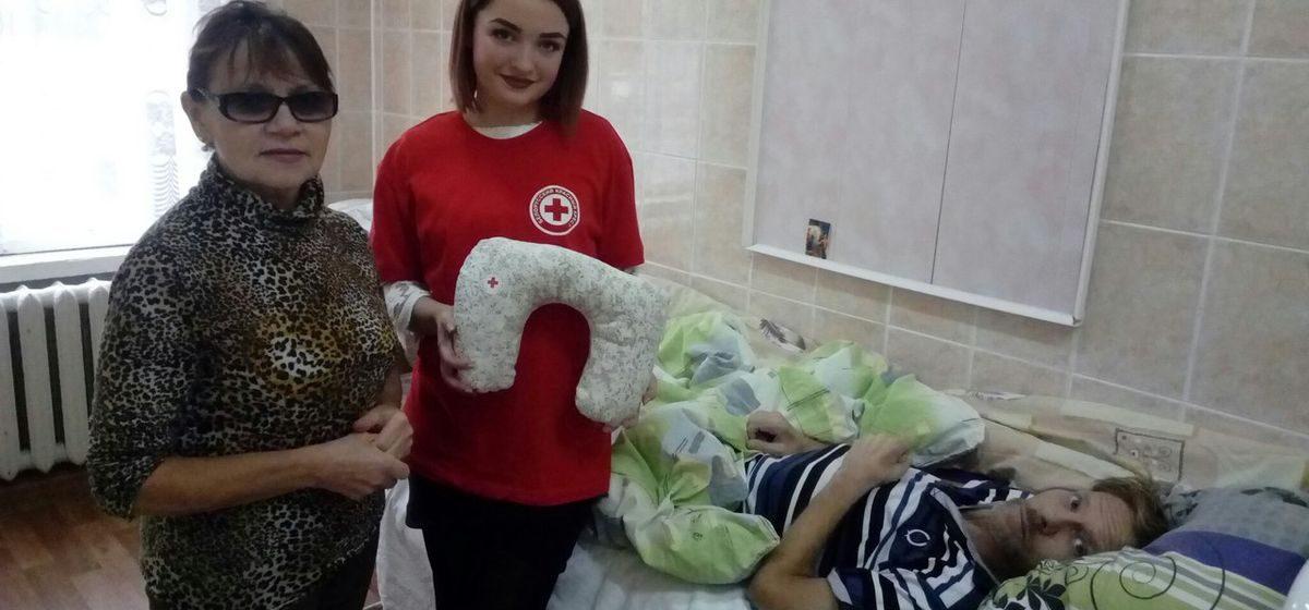 Красный Крест подарил пациентам новомышского хосписа специальные подушки и бутылки для воды