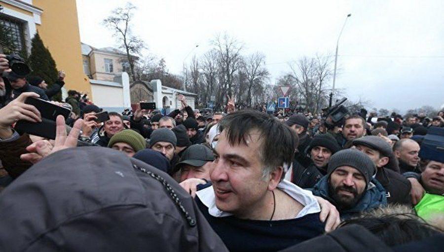В Киеве сторонники Саакашвили отбили его у силовиков. Политик призывает к мирному сопротивлению