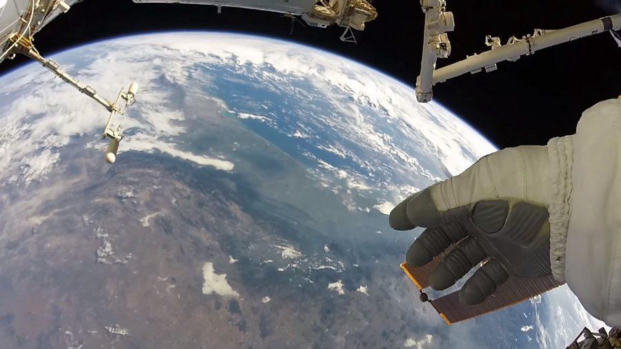 Американский астронавт снял на видео Землю, находясь в открытом космосе