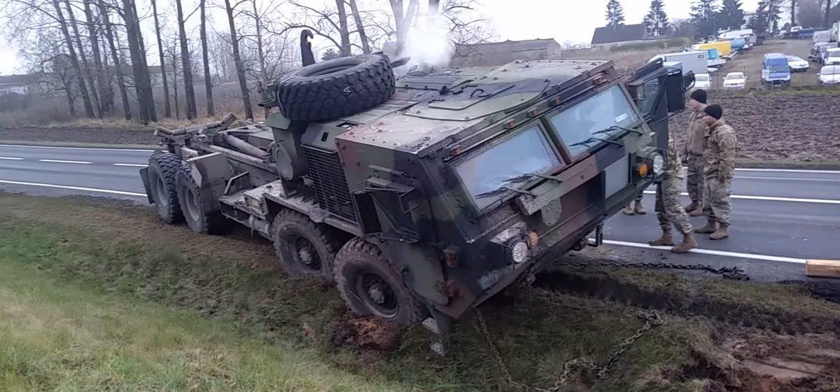 Видеофакт. В Польше американская военная техника застряла в грязи