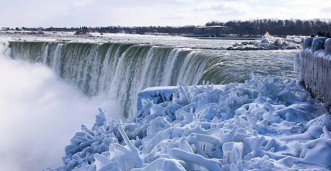 Ниагарский водопад замерзает из-за сильных морозов. Красивые фото