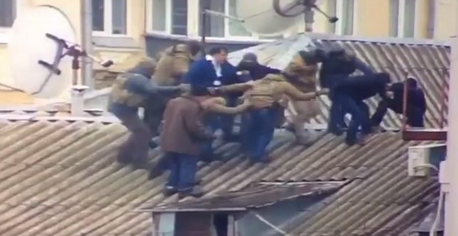 В Киеве на крыше дома задержан Михаил Саакашвили (видео)