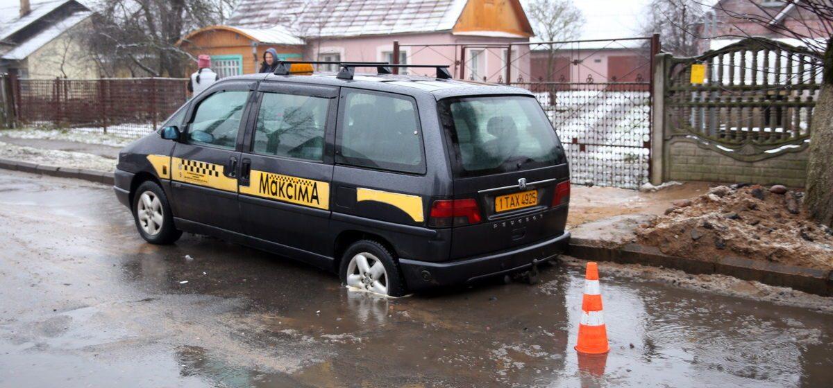 В Барановичах такси провалилось в необозначенную яму, еще три машины повредили колеса