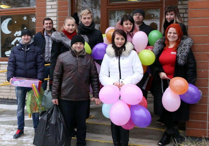 Барановичские автолюбители поздравили с Новым годом молодых людей с инвалидностью