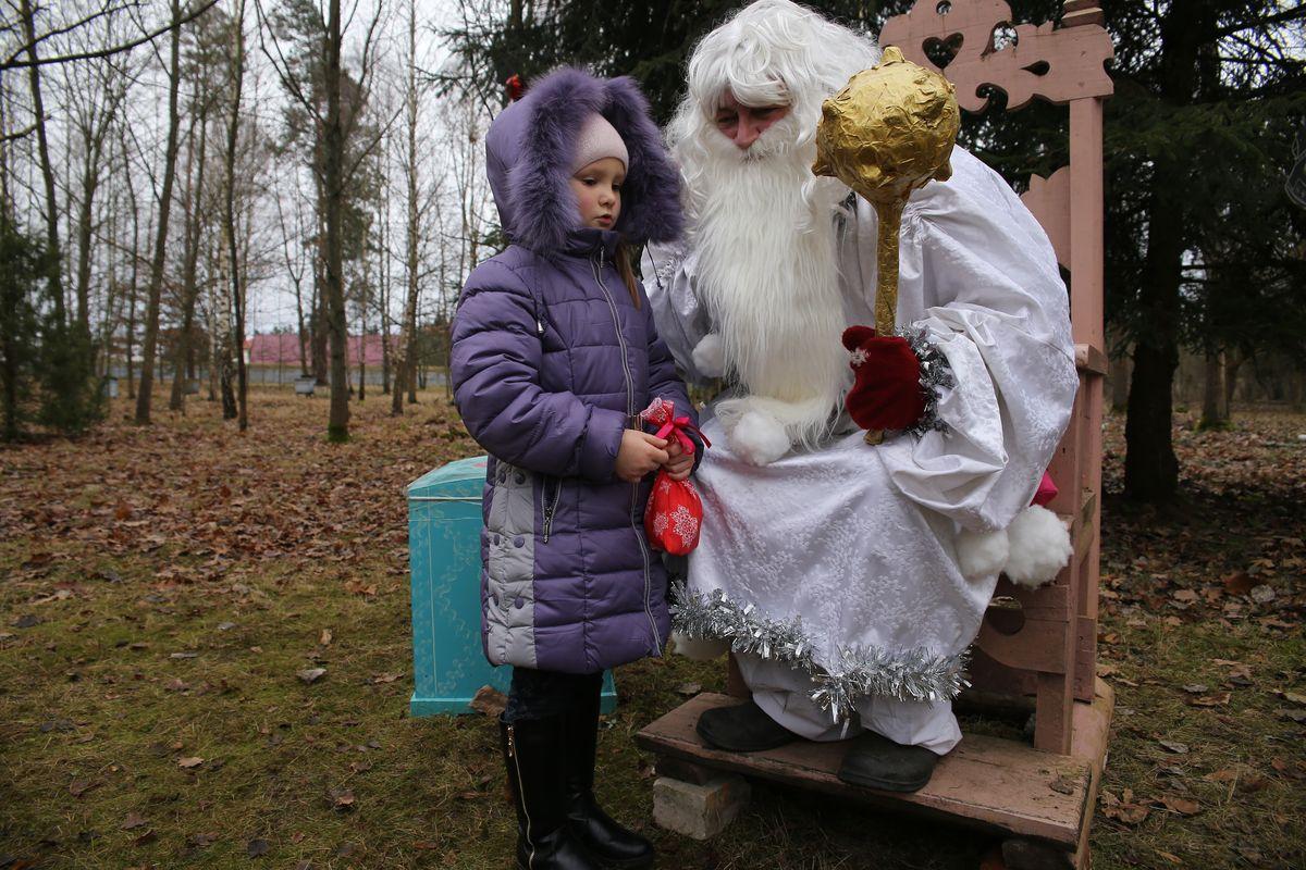 При встрече с Зюзей дети читают ему стихи и поют песни. Фото: Евгений ТИХАНОВИЧ
