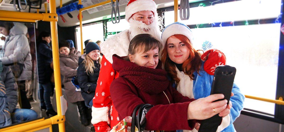 Как в барановичских автобусах Дед Мороз и Снегурочка развлекают и угощают пассажиров