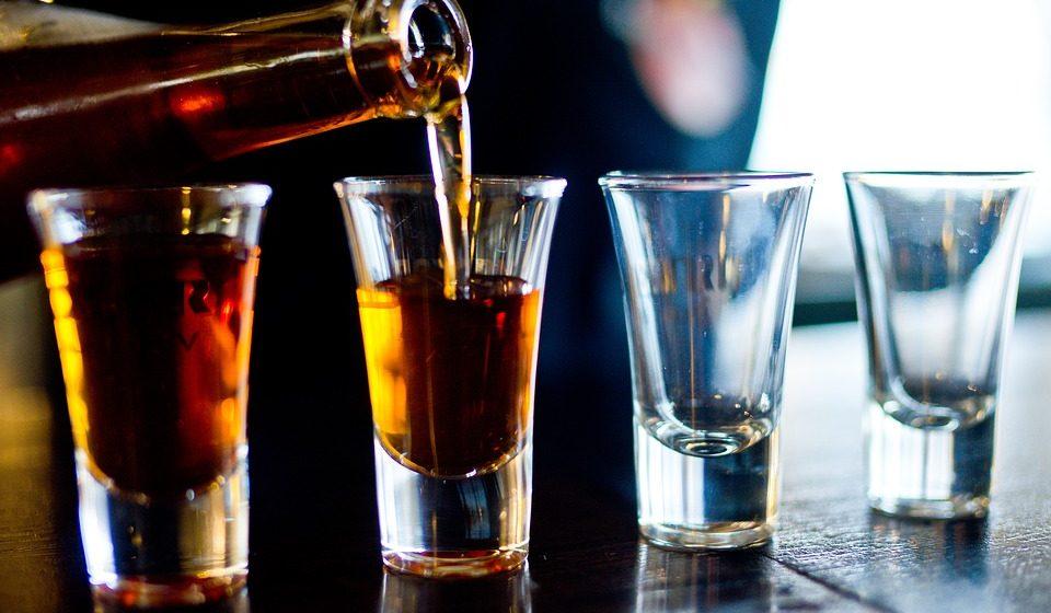 Медики объяснили, чем лучше не закусывать алкоголь