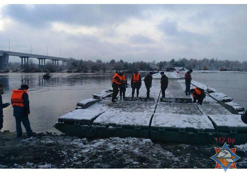Военные и спасатели возвели понтонную переправу через Припять