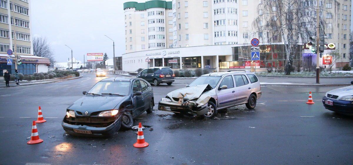 В Барановичах на улице Ленина столкнулись два автомобиля Renault Megane
