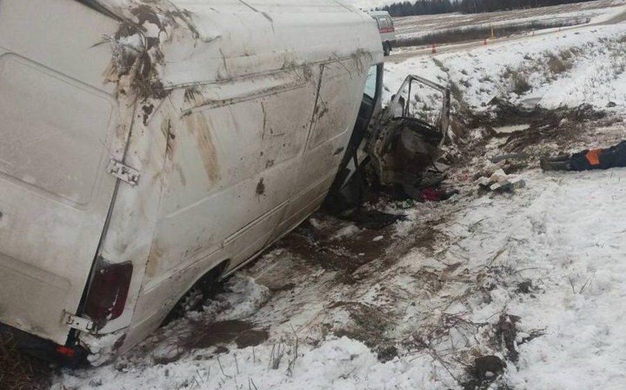 В Дзержинском районе микроавтобус вылетел в кювет – погиб один человек