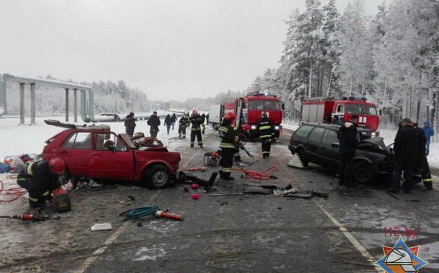 Страшная авария под Мозырем: лоб в лоб столкнулись два Volkswagen — погиб один человек