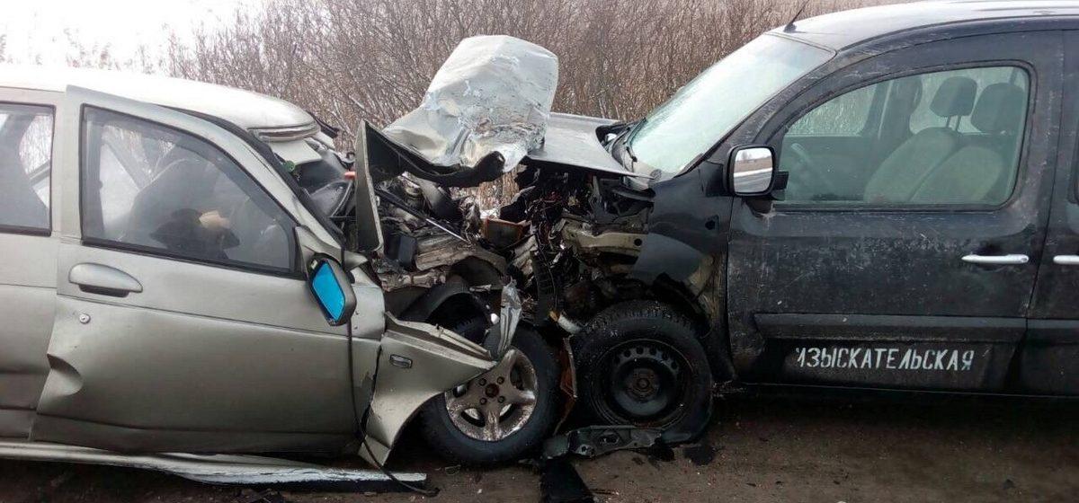 Под Гомелем лоб в лоб столкнулись две легковушки: один из водителей погиб