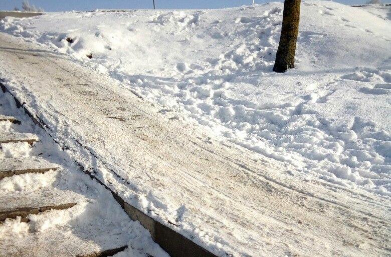 Фотофакт. В Барановичах, чтобы зимой спуститься по ступенькам, нужно быть мастером паркура