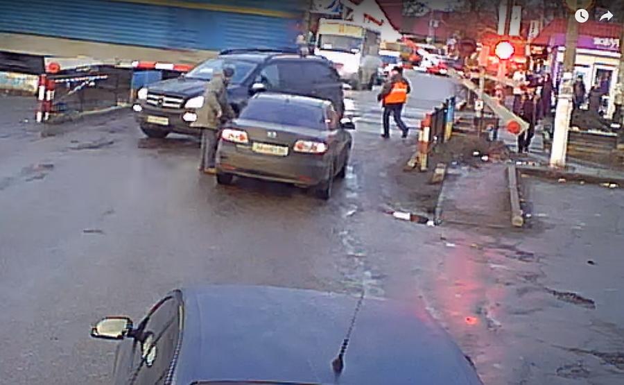 Видеофакт. Под Киевом на переезде железнодорожник спас водителя внедорожника от столкновения с поездом