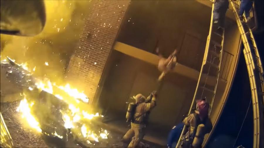 В США пожарный поймал ребенка, которого сбросили с третьего этажа (видео)