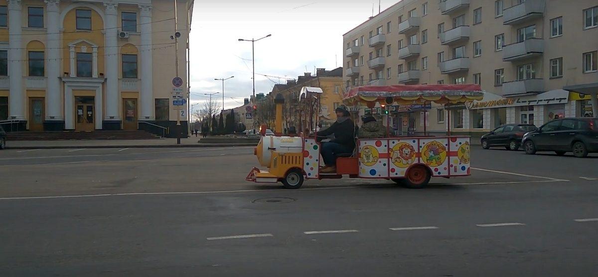 По центру Барановичей ездил необычный паровозик (видео)