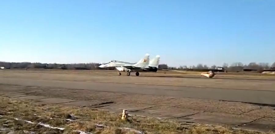 Видеофакт: в Барановичах на аэродроме 61-й истребительной авиабазы проходят плановые полеты на истребителях МиГ-29