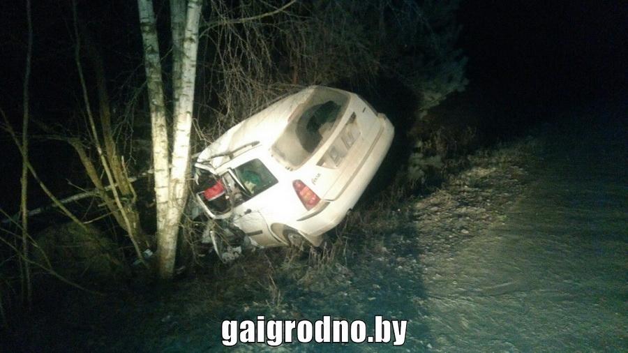 В Сморгонском районе вылетевший в кювет Ford врезался в дерево, погиб один человек