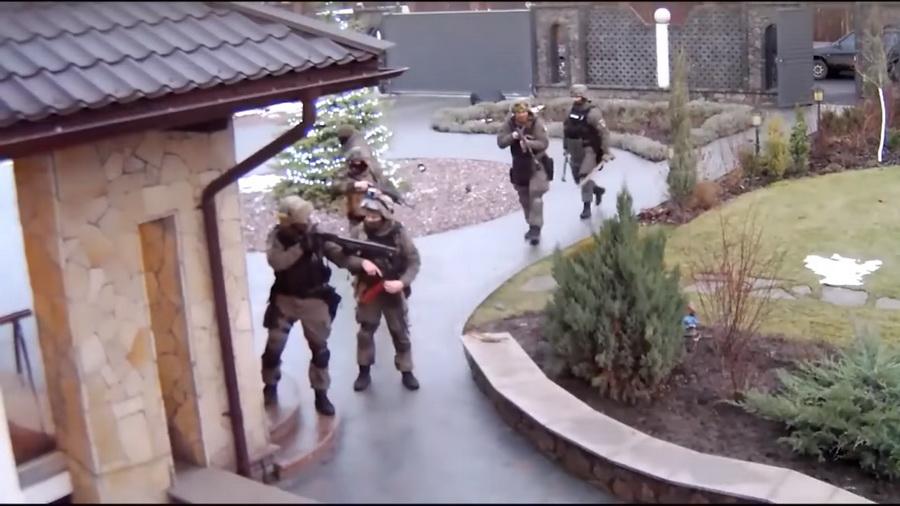 Украинские силовики подбросили в дом белорусского бизнесмена патроны, не зная, что в комнате установлена скрытая камера (видео)