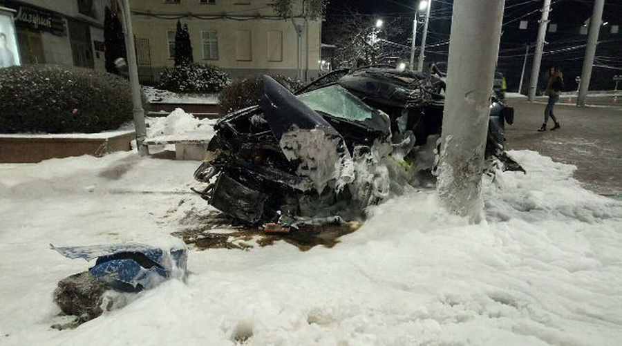 В Витебске «Форд» врезался в световую опору, водитель погиб (фото)
