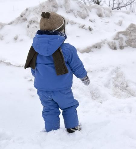 В Витебске малыш вышел из детсада в метель без одежды. Ребенок рыдал во дворе, ему помогли местные