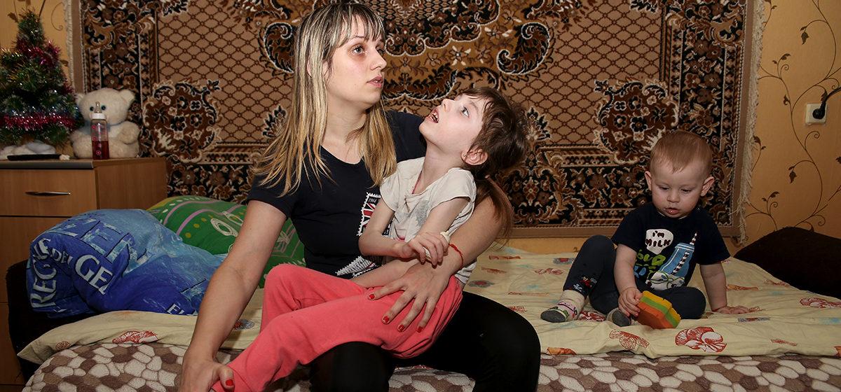 Семилетней девочке из Барановичей нужна помощь в покупке медицинской спецколяски