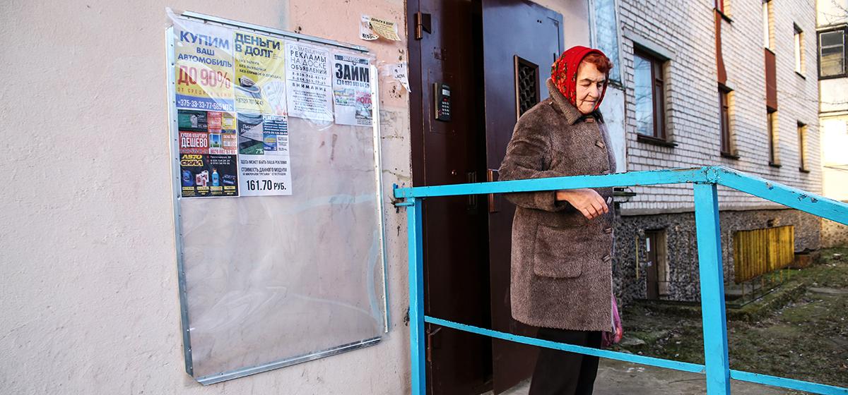 Почему в Барановичах бесплатные доски объявлений на подъездах меняют на платные