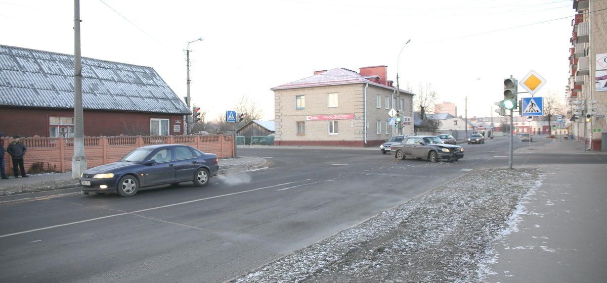 В Барановичах на перекрестке столкнулись «Волга» и «Опель»