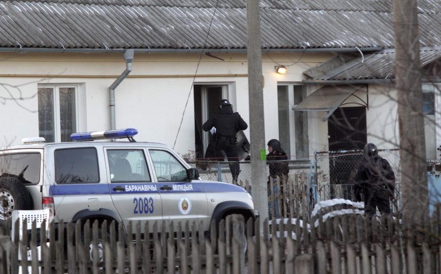 В Барановичах мужчина угрожал взорвать свой дом. Милиции пришлось штурмом взять здание (много фото)