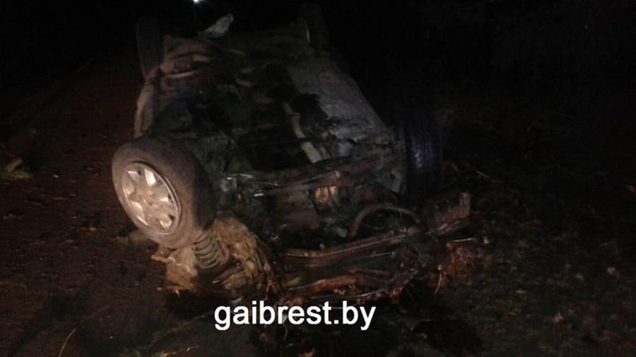 В Березовском районе пьяный бесправник протаранил автобусную остановку и сбежал, бросив раненую 16-летнюю пассажирку