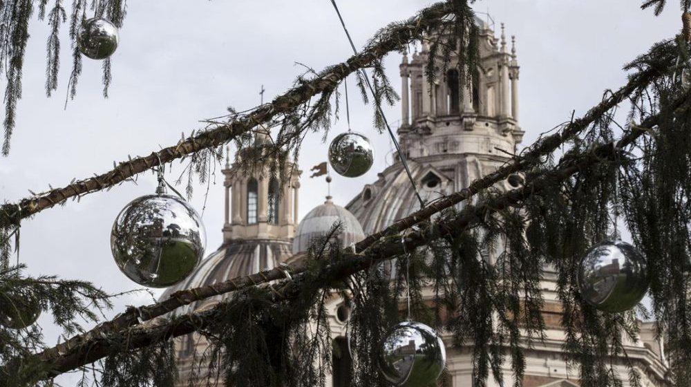 Как «лысая» рождественская елка стала достопримечательностью Рима
