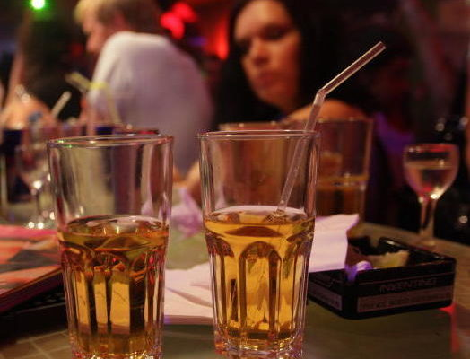 Белорусам собираются разрешить приходить в кафе со своим спиртным