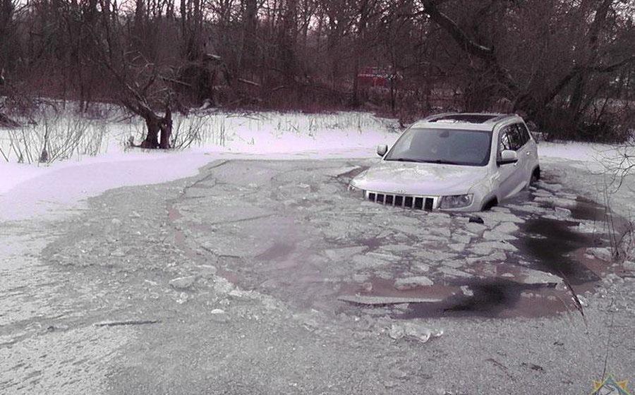 В Светлогорском районе в пойме Березины внедорожник провалился под лед