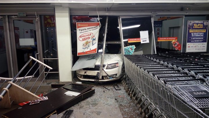 В Могилеве ночью «Шкода» влетела в гипермаркет