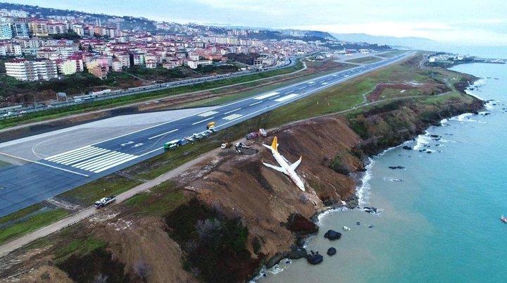 В Турции самолет скатился с обрыва и чуть не упал в море